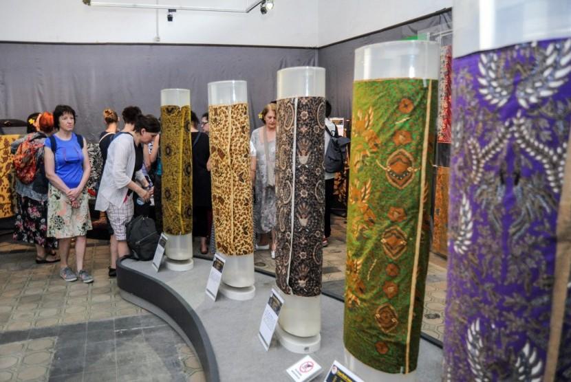 Sejumlah turis asing asal Republik Ceko praktek membuat batik di Museum Batik Pekalongan, Jawa Tengah, Rabu (20/3/2019).