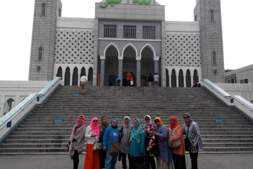 Sejumlah turis Muslim asal Indonesia berpose di depan salah satu masjid di Korea Selatan.