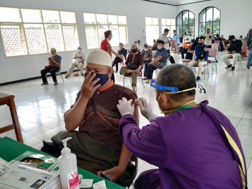 Sejumlah ulama menjalani vaksinasi Covid-19 di Gedung Dakwah Kota Tasikmalaya, Kamis (18/3/2021).