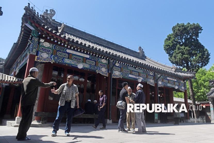 Sejumlah umat Islam Cina saling bercengkrama di halaman Masjid Niujie di Beijing, Cina, Rabu (3/5).