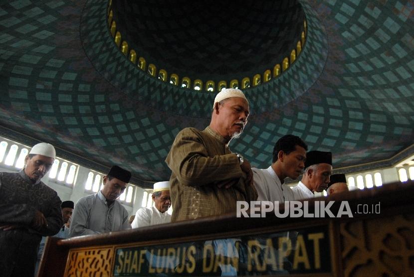 Sejumlah umat islam melaksanakan shalat di Masjid Al-Akbar Surabaya, Jawa Timur.