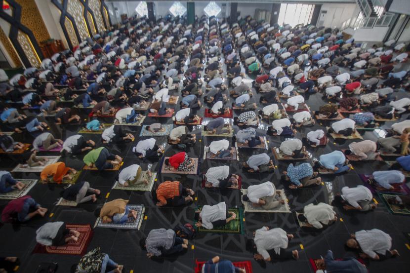 Sejumlah umat muslim melaksanakan Salat Jumat, di Masjid Raya Baitul Faidzin, Cibinong, Kabupaten Bogor, Jawa Barat, Jumat (15/1/2021). Selama Penerapan Pembatasan Kegiatan Masyarakat (PPKM) yang dimulai 11-25 Januari 2021, kapasitas tempat ibadah di Bogor dibatasi 50 persen.
