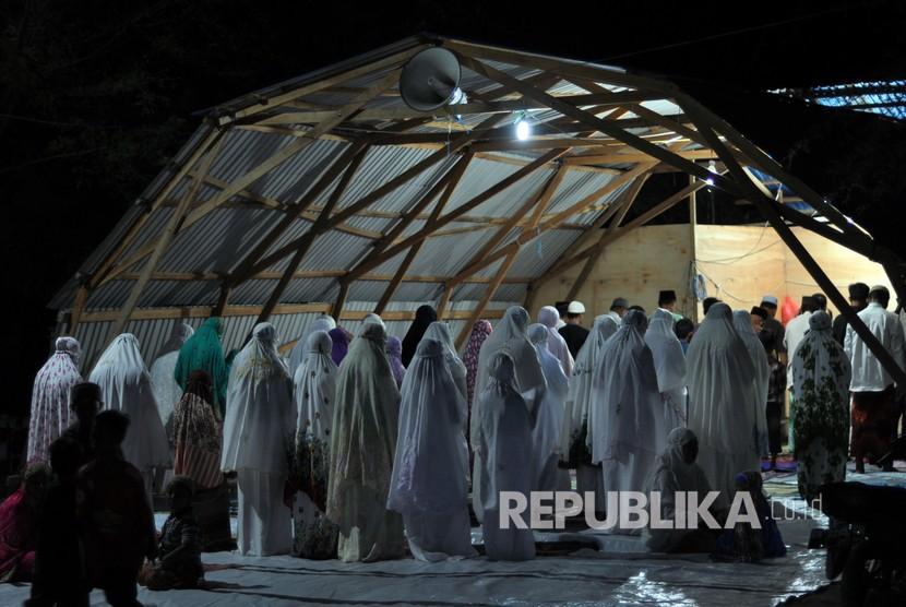 Sejumlah umat muslim pengungsi korban bencana gempa dan tsunami melaksanakan shalat Tarawih pertama dengan menggunakan tempat ibadah sementara di Palu, Sulawesi Tengah, Ahad (5/5/2019).