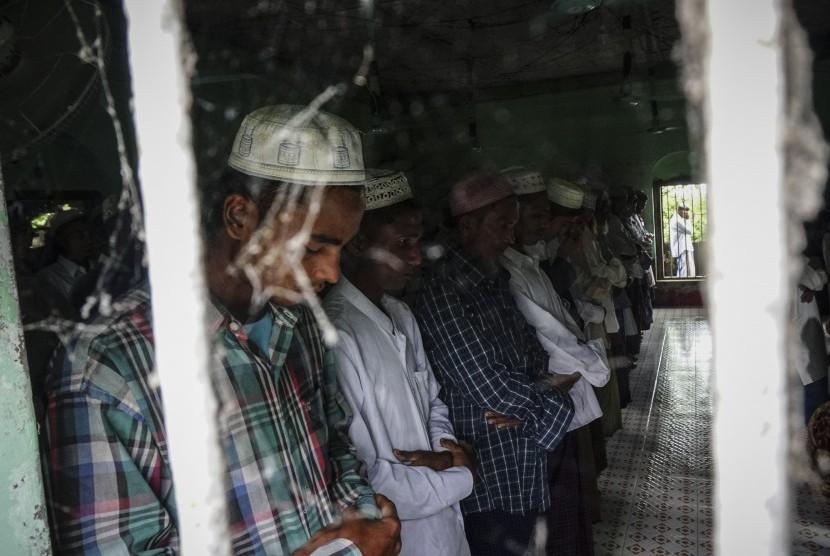 Sejumlah umat muslim Rohingya menunaikan Salat Iduladha di Masjid Pealeshung, di kawasan kamp pengungsian internal di kota Sittwe, negara bagian Rakhine, Myanmar, Sabtu (2/9).