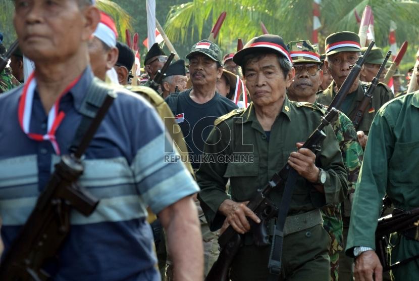 Sejumlah veteran melakukan gerak jalan memperingati Hari Veteran Nasional di Jakarta, Selasa (11/8).   (Republika/Rakhmawaty La'lang)
