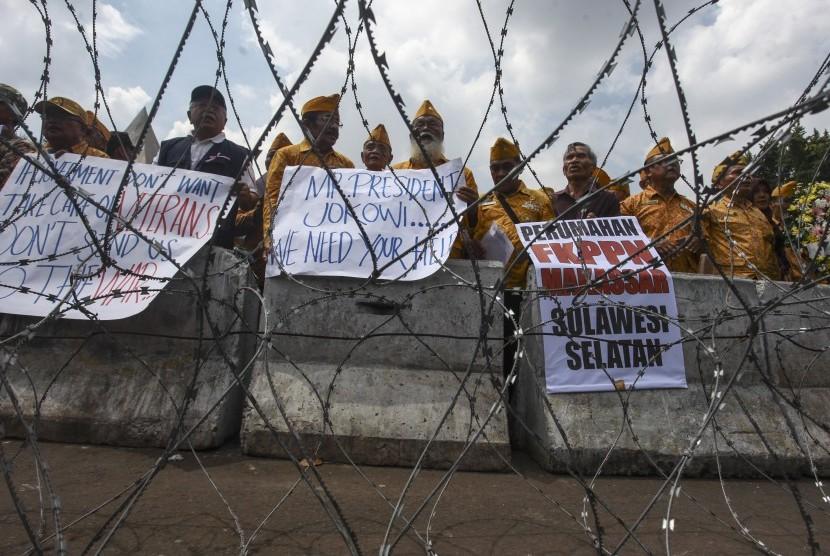 Sejumlah veteran perang kemerdekaan beserta sejumlah kerabatnya melakukan aksi keprihatinan para veteran di depan Istana Negara, Jakarta, Kamis (7/4).