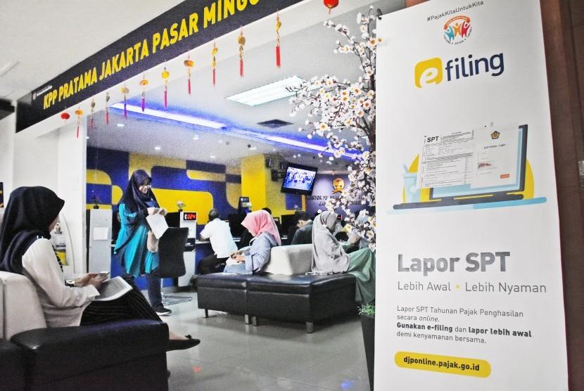 SPT Pajak Tahunan: Sejumlah wajib pajak antre untuk melakukan pelaporan SPT Pajak Tahunan di Kantor KPP Pratama Pasar Minggu, Jakarta Selatan, Jum'at (22/2/2019).