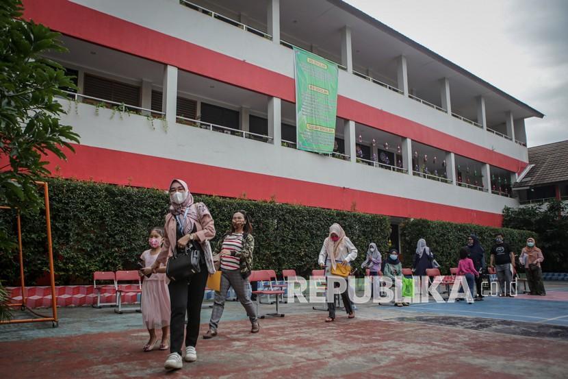 Sejumlah wali murid berada di lingkungan sekolah saat pendaftaran Penerimaan Peserta Didik Baru (PPDB) secara daring di SDN Tangerang 6, Kota Tangerang, Banten, Kamis (17/6/2021). Pemerintah Kota Tangerang membuka Penerimaan Peserta Didik Baru 2021-2022 untuk siswa Sekolah Dasar untuk jalur afirmasi, perpindahan orang tua dan zonasi secara daring melalui link ppdbmandiri.tangerangkota.go.id hingga 21 Juni 2021, sedangkan untuk SMP dimulai pada 1 Juli 2021 dan SMA pada 21 Juni 2021.