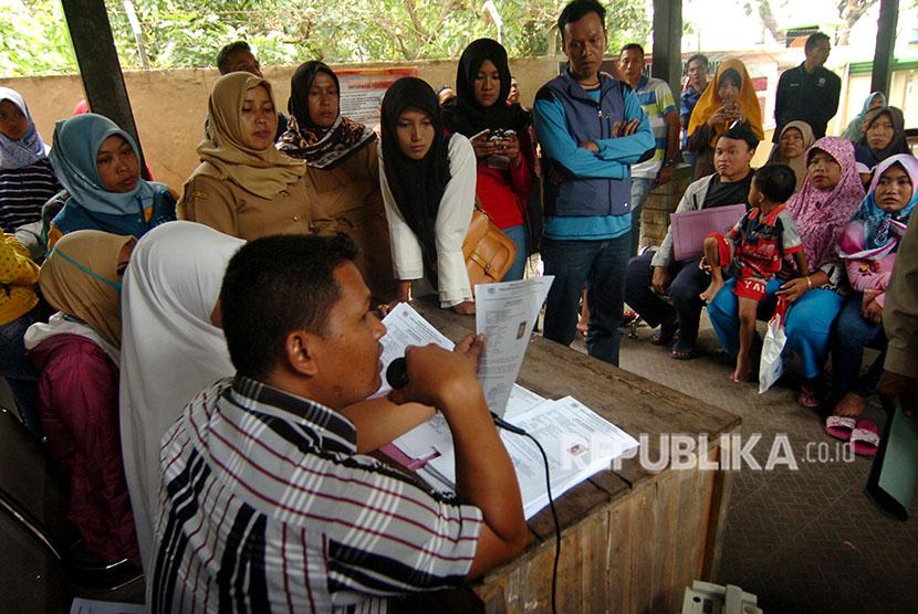 Sejumlah warga antre mengambil surat keterangan (suket) KTP Elektronik di Disdukcapil Kabupaten Tegal, Jawa Tengah. ilustrasi