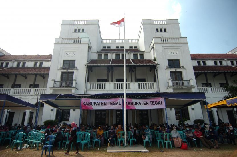 Sejumlah warga antre pendaftaran penyuntikan vaksin COVID-19 di Gedung Birao (lawang satus), Tegal, Jawa Tengah, Senin (2/8/2021). Pemerintah Kota Tegal mulai mendirikan 1.000 gerai vaksin COVID-19 diantaranya berada di Gedung Birao, Mall, sekolah dan GOR dengan target 120 ribu orang selama tiga bulan mendatang .
