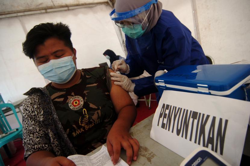 Sejumlah warga antre pendaftaran penyuntikan vaksin COVID-19 di Gedung Birao (lawang satus), Tegal, Jawa Tengah, Senin (2/8/2021).