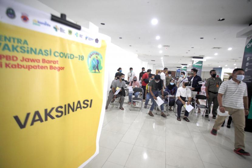 Sejumlah warga antre untuk mengikuti vaksinasi massal COVID-19 di Cibinong Square, Kabupaten Bogor, Jawa Barat, Senin (26/7/2021). Wakil Menteri Kesehatan (Wamenkes) Dante Saksono mengatakan 94 persen kematian akibat COVID-19 terjadi karena belum divaksin, vaksinasi sejatinya memberikan respon imun yang baik bagi tubuh manusia.