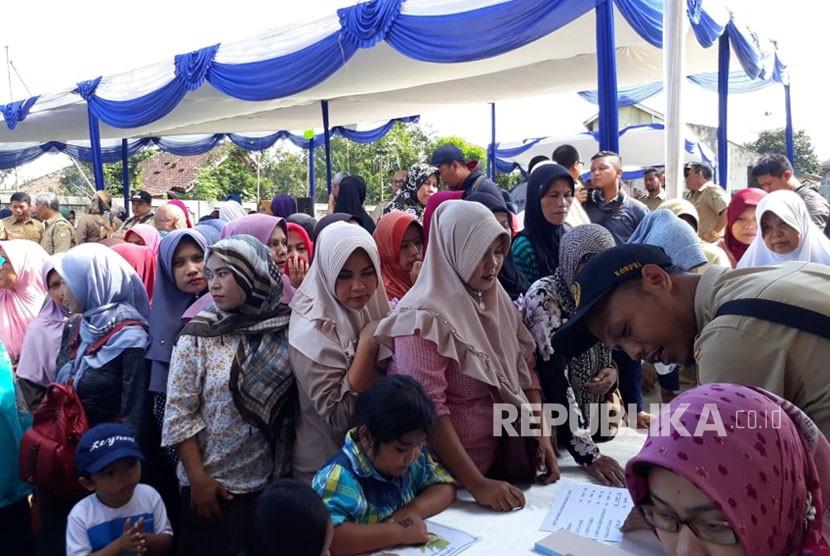 Sejumlah warga antri untuk membeli paket sembako murah yang subsidi Pemkot Sukabumi di lapangan samping Kantor Kecamatan Baros Kota Sukabumi Selasa (22/5).