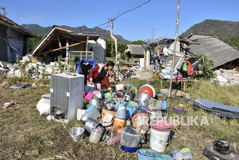 Sejumlah warga berada di halaman rumahnya pascagempa di Desa Bentek, Kecamatan Pemenang, Tanjung, Lombok Utara, NTB, Senin (6/8).