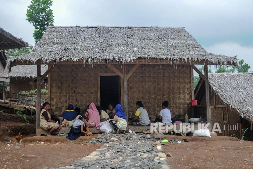 Sejumlah warga beraktivitas di perkampungan Baduy mualaf di Kampung Landeuh, Leuwidamar, Lebak, Banten, Senin (24/6/2019).