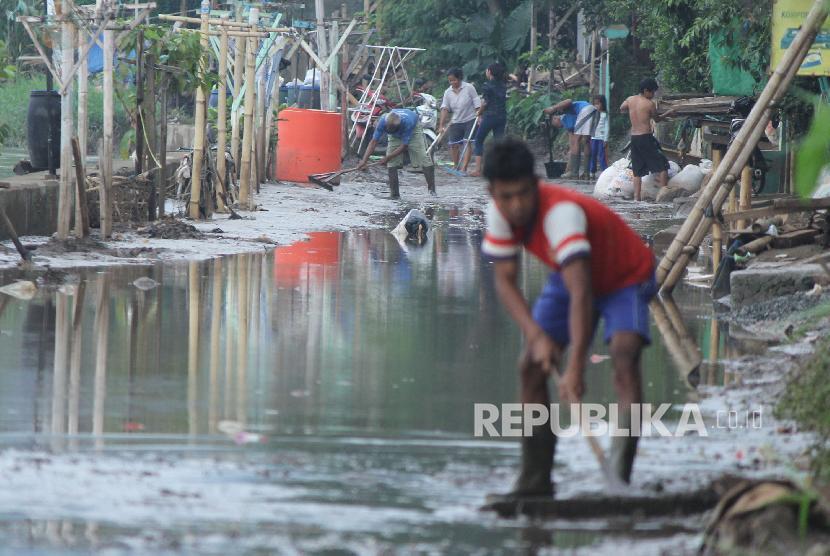 Sejumlah warga bergotong-royong membersihkan lumpur sisa banjir (Ilustrasi)