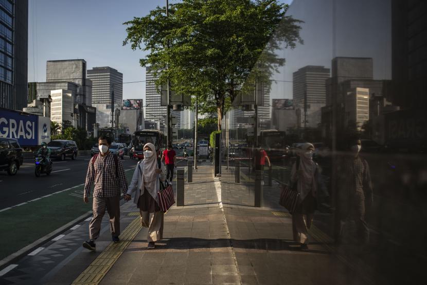 Sejumlah warga berjalan di Jakarta, Jumat (24/9/2021). Satgas Penanganan COVID-19 menghimbau kepada semua pihak harus menahan diri agar Indonesia tidak menghadapi lonjakan ketiga (third wave) meskipun perkembangan pandemi COVID-19 di Indonesia saat ini sudah cukup terkendali yang ditandai dari grafik kasus yang terus melandai