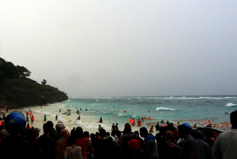 Sejumlah warga berusaha membantu evakuasi korban yang selamat saat KM Lestari Maju tenggelam di Perairan Selayar, Sulawesi Selatan, Selasa (3/7). KM Lestari Maju yang membawa penumpang 139 orang berangkat dari Pelabuhan Bira, Bulukumba, menuju Kabupaten Kepulauan Selayar tenggelam.