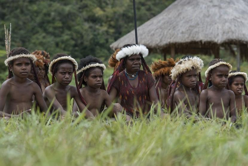 Sejumlah warga dan anak-anak suku pedalaman Papua berkumpul untuk mengikuti acara Festival Budaya Lembah Baliem.