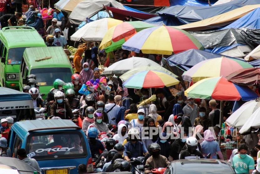 Sejumlah warga dan kendaraan memadati jalan di kawasan Pasar Kebon Kembang, Kota Bogor, Jawa Barat, Ahad (9/5/2021). Pasar tradisional milik Perumda Pasar Pakuan Jaya Kota Bogor tersebut mulai dipadati warga yang berbelanja untuk kebutuhan jelang Hari Raya Idul Fitri 1442 H.