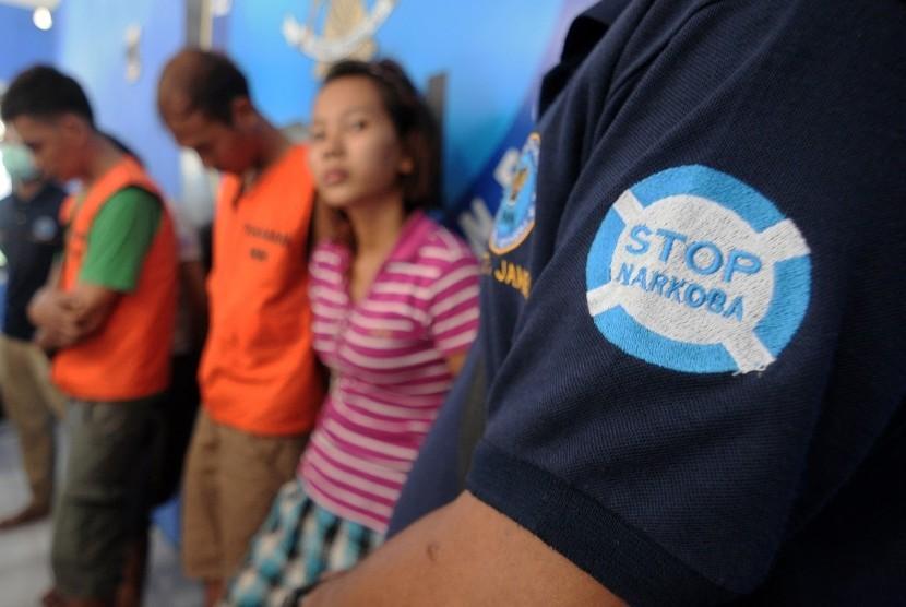 Sejumlah warga diamankan petugas Badan Narkotika Nasional (BNN) Provinsi Jambi seusai penggerebekan di kampung narkoba Pulau Pandan, di Kantor BNN Provinsi Jambi, Jumat (11/3).