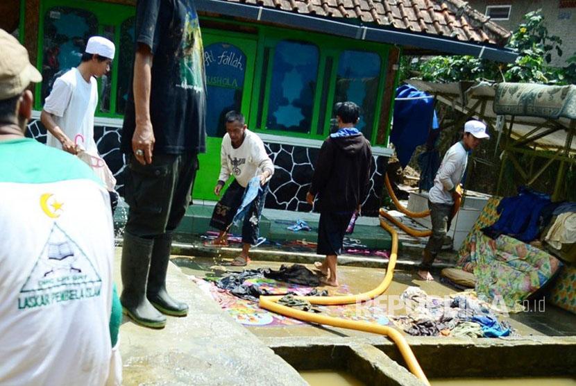 Sejumlah warga dibantu relawan membersihkan masjid (Ilustrasi)