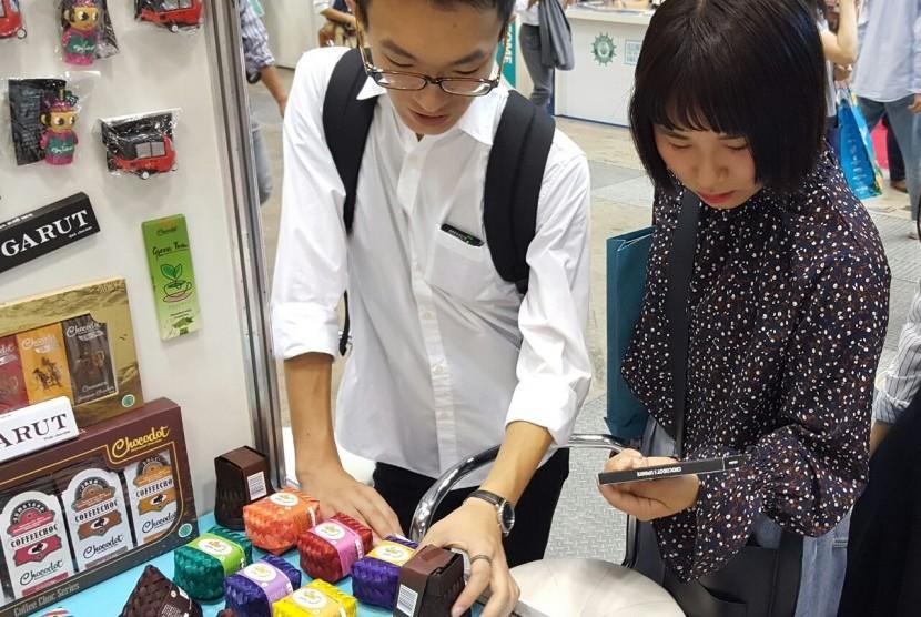 Sejumlah warga Jepang mengunjungi booth Adinda Azzahra di ajang Japan Tourism Expo (JTE) 2017.