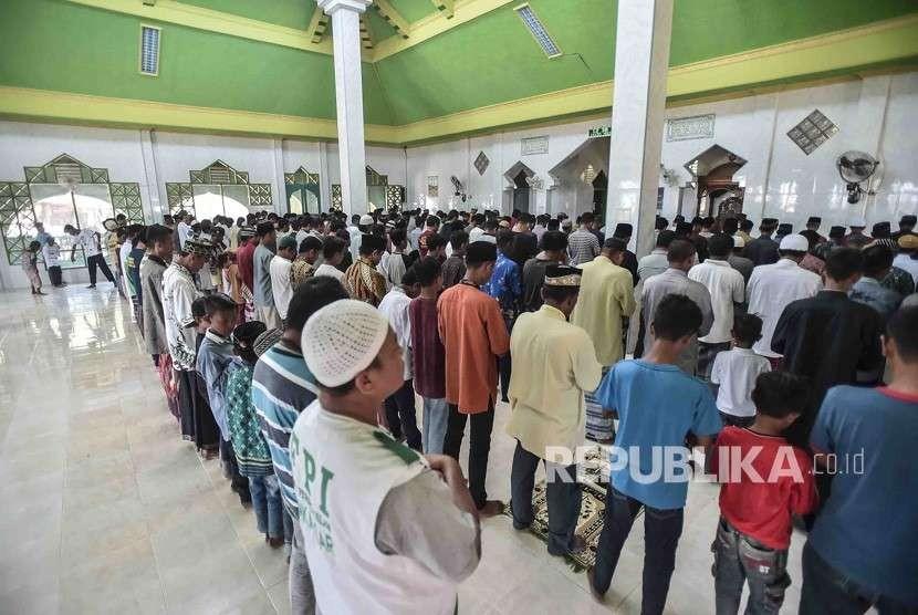 Sejumlah warga korban gempa tsunami dan relawan melaksanakan ibadah shalat Jumat di Masjid Baitussalam di Desa Loli Saluran, Donggala, Sulawesi Tengah, Jumat (5/10).