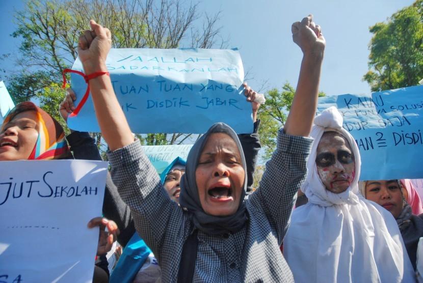 Sejumlah warga melakukan aksi unjuk rasa sistem zonasi sekolah di depan Gedung Sate, Bandung, Jawa Barat, Senin (9/7).