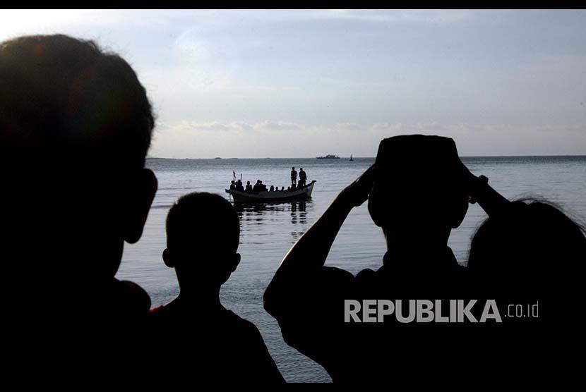 Sejumlah warga melakukan pencarian korban kapal motor Arista yang tenggelam menggunakan kapal rakyat di Pelabuhan Rakyat Paotere, Makassar, Sulawesi Selatan, Rabu (13/6).