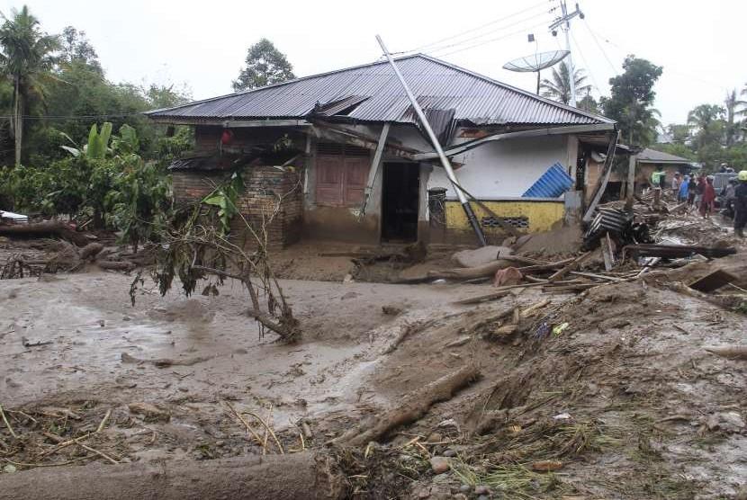 Sejumlah warga melihat kondisi rumah yang rusak akibat banjir bandang di Nagari Tanjung Bonai, Lintau Buo, Kab.Tanah Datar, Sumatera Barat, Jumat (12/10).