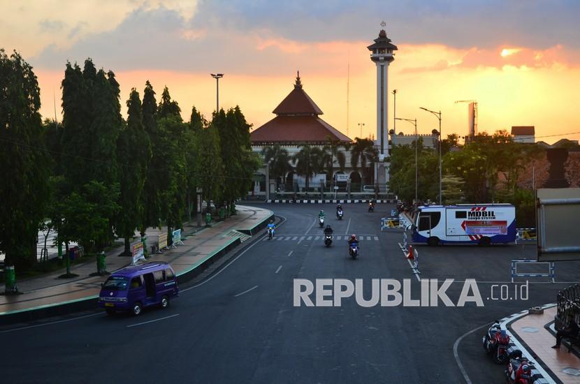 Penampungan isolasi Covid-19 Muhammadiyah berkepasitas 32 orang. Sejumlah warga melintas di jalan Alun-alun simpang tujuh, Kudus, Jawa Tengah, Sabtu (5/6/2021).