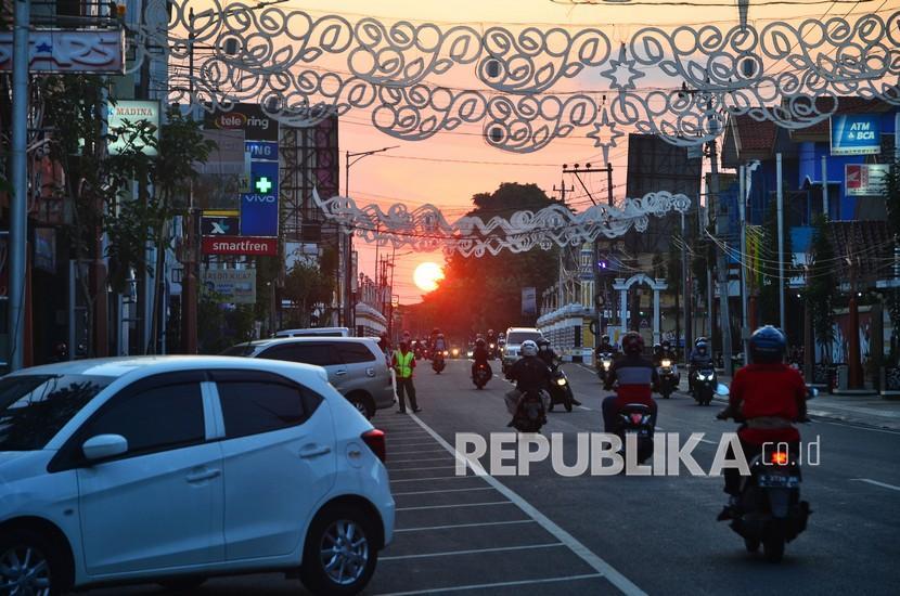 Sejumlah warga melintas di jalan Sunan Kudus, Kudus, Jawa Tengah, Sabtu (5/6/2021). Pemerintah setempat menerapkan kebijakan dua hari di rumah saja bagi warganya pada Sabtu (5/6/2021) hingga Minggu (6/6/2021) untuk menekan angka penyebaran kasus COVID-19 yang melonjak pascalebaran.