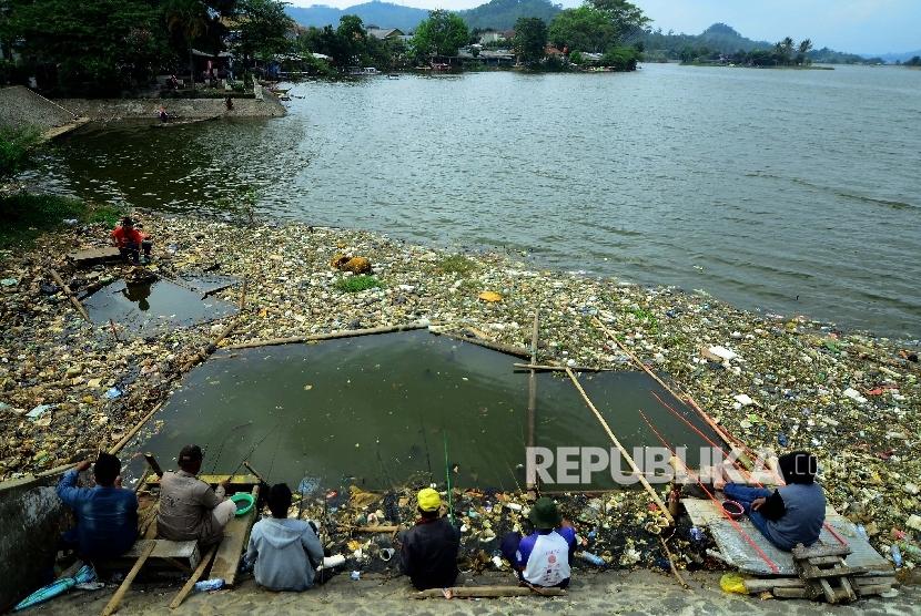 Sejumlah warga memancing di tempat wisata Situ Ciburuy, Kemacatan Padalarang, Kabupaten Bandung Barat, Kamis (29/12