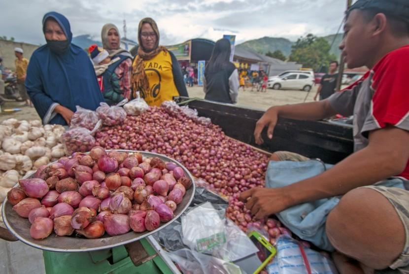 Sejumlah warga membeli bawang di salah satu pedagang musiman di Palu, Sulawesi Tengah, Rabu (24/4/2019).