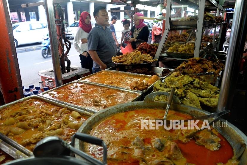 Sejumlah warga membeli makanan berbuka puasa di kawasan Pasar Senen, Jakarta, Selasa (7/6). (Republika/Yasin Habibi)