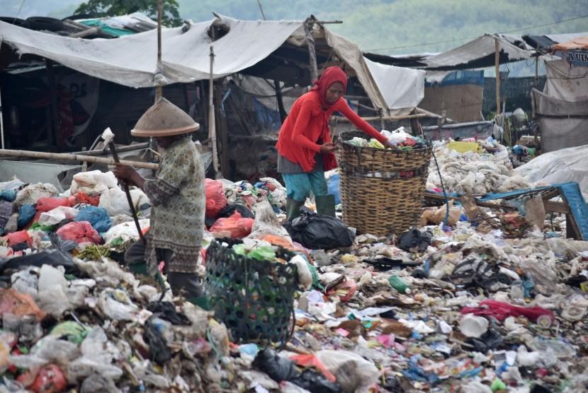 Sejumlah warga memilah limbah plastik dari tumpukan sampah di Tempat Pembuangan Akhir (TPA) Jatibarang, Semarang, Jawa Tengah, Kamis (10/1/2019).