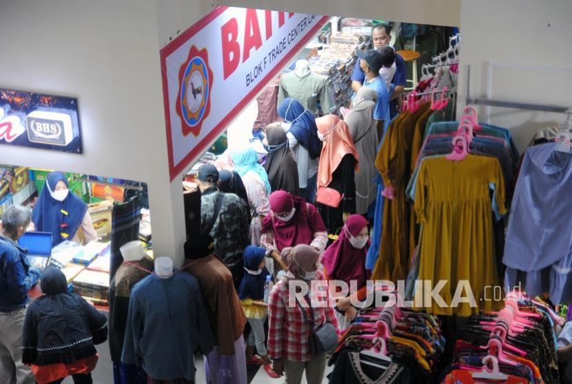 Sejumlah warga memilih busana muslim di Blok F Trade Center, Pasar Kebon Kembang, Kota Bogor, Jawa Barat, Ahad (9/5/2021). Pasar tradisional milik Perumda Pasar Pakuan Jaya Kota Bogor tersebut mulai dipadati warga yang berbelanja untuk kebutuhan jelang Hari Raya Idul Fitri 1442 H.