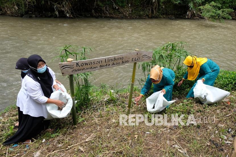 Para siswa dan santri di Kabupaten Temanggung, Jawa Tengah, Sabtu, melakukan gerakan pilah sampah dalam menyambut World Cleanup Day (Hari Bersih-bersih Sedunia). (Foto: Warga Temanggung memungut sampah)