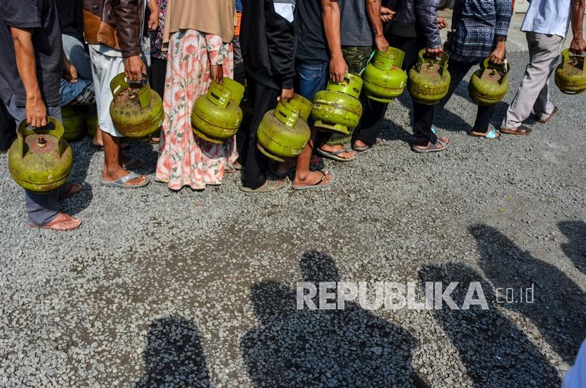 Sejumlah warga mengantre saat membeli gas elpiji 3 kilogram bersubsidi.