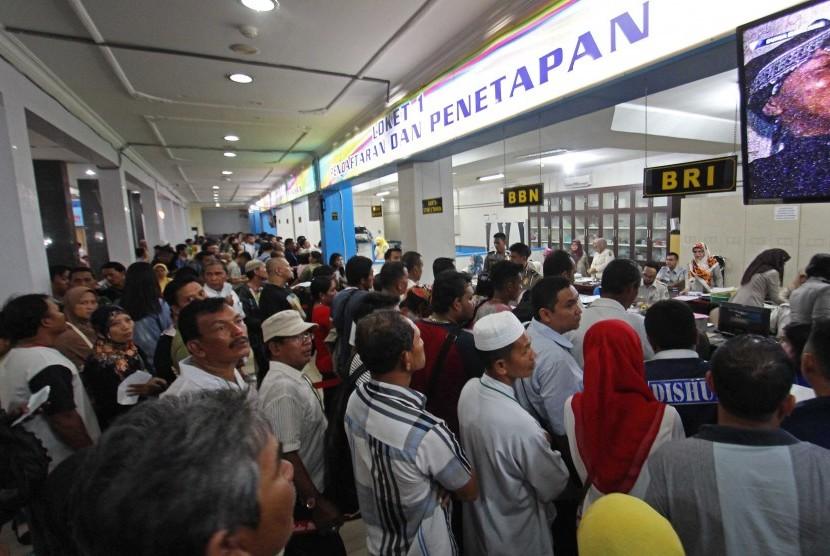 Sejumlah warga mengantre untuk memperpanjang STNK di Samsat Polda Sumut, Medan, Sumatera Utara, Rabu (4/1).