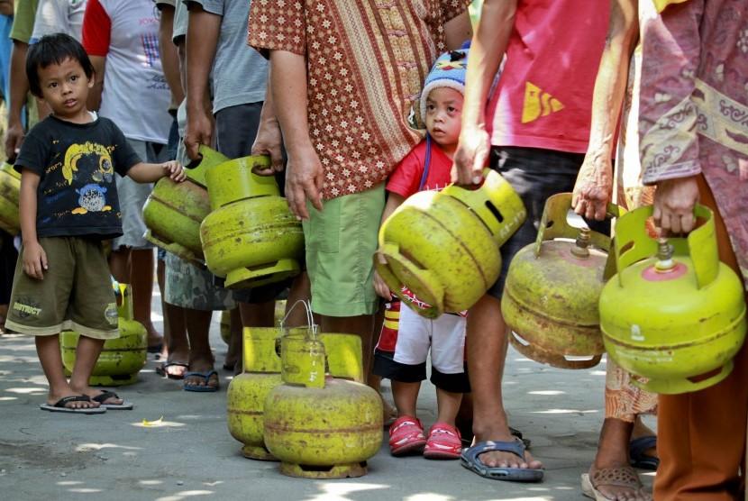 Sejumlah warga mengantre untuk mendapatkan gas elpiji 3 kilogram saat operasi pasar gas elpiji 3 kilogram di Kantor Kecamatan Mantrijeron, Yogyakarta, Senin (25/5).