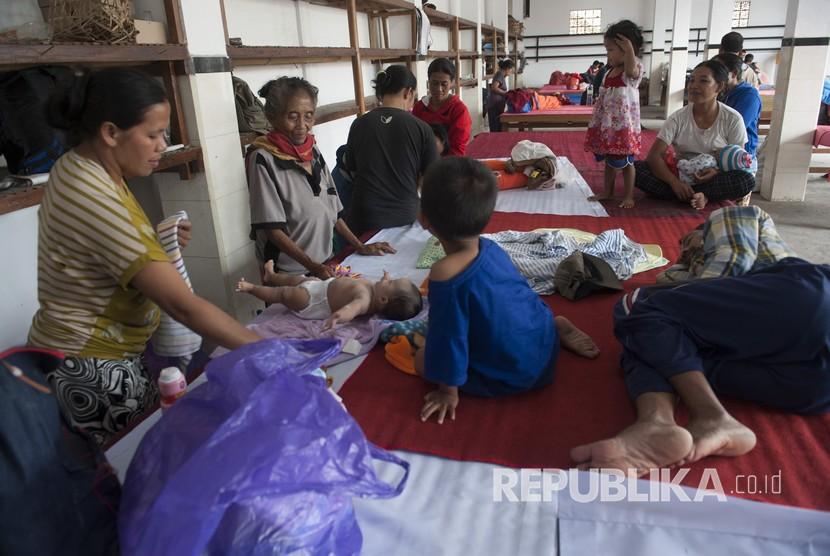 Sejumlah warga mengasuh anaknya di pengungsian menyusul peningkatan aktifitas Gunung Agung di Desa Duda Timur, Karangasem, Bali, Selasa (3/7).