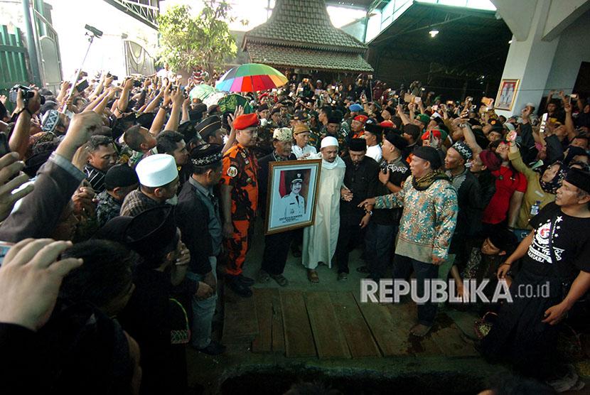 Sejumlah warga menggotong jenazah calon bupati Tegal, Enthus Susmono saat pemakaman di halaman rumahnya Desa Bengle, Kabupaten Tegal, Jawa Tengah, Selasa (15/5).