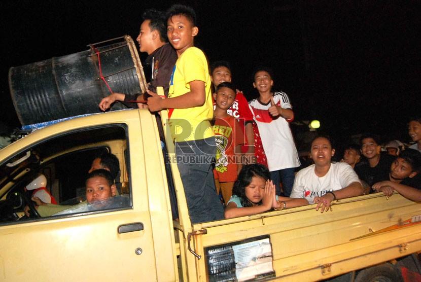 Sejumlah warga menuju tempat wisata dengan menggunakan mobil pikap (ilustrasi)