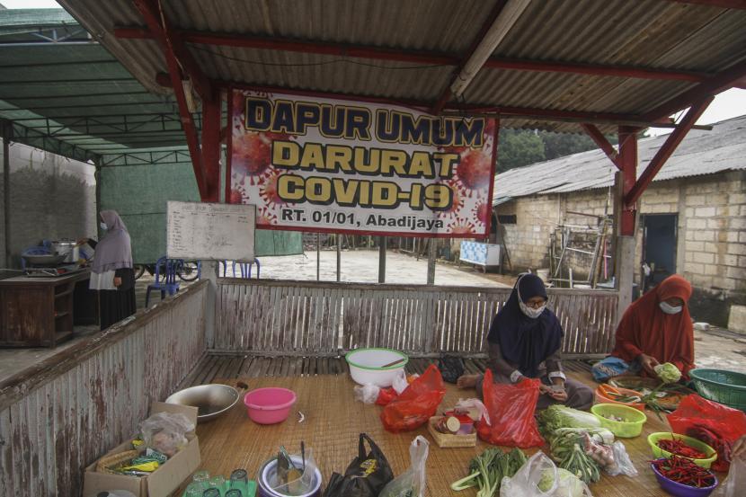 Sejumlah warga menyiapkan masakan untuk makan warga yang isolasi mandiri di kawasan Abadijaya, Depok, Jawa Barat, beberapa waktu lalu. Warga setempat mendirikan dapur umum secara swadaya untuk membantu memenuhi kebutuhan warga yang menjalani isolasi mandiri akibat terpapar Covid-19.
