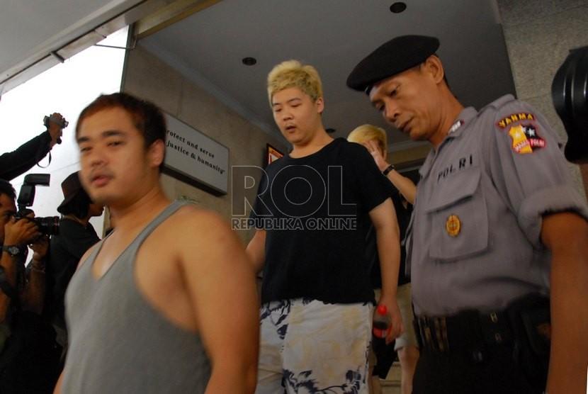 Sejumlah Warga Negara Asing (WNA) asal Tiongkok dan Taiwan digiring petugas usai menjalani pemeriksaan di Mabes POLRI, Jakarta Selatan, Senin (21/7).  (Republika/Rakhmawaty La'lang)