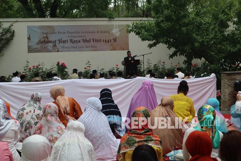 Sejumlah warga negara Indonesia melaksanakan shalat Idul Fitri 1442 H, di halaman Wisma Duta KBRI Beijing, China, Kamis (13/5/2021). Asosiasi Islam China (CIA) menetapkan 1 Syawal 1442 Hijriah bertepatan dengan tanggal 13 Mei 2021.