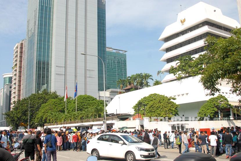 Sejumlah warga negara Indonesia mengantre untuk menggunakan hak suaranya di Tempat Pemungutan Suara (TPS) KBRI Kuala Lumpur di Malaysia, Ahad (14/4/2019).
