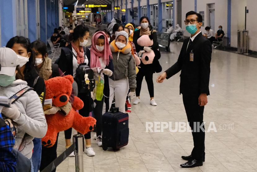 Sejumlah Warga Negara Indonesia (WNI) antre untuk mendaftar ketika proses repatriasi WNI. KBRI Kairo memfasilitasi repatriasi 129 WNI pulang ke Tanah Air. Ilustrasi.